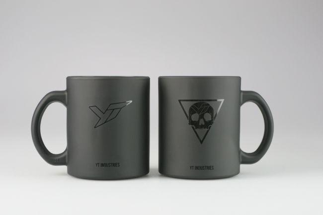 Печат върху черни чаши от матирано стъкло