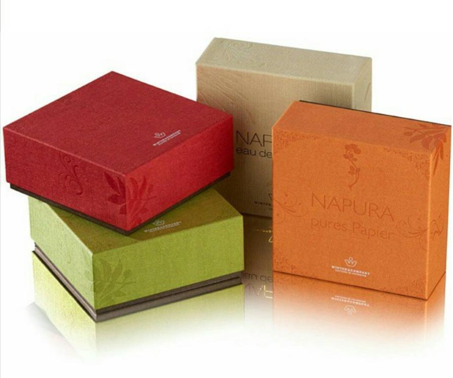 Кутии за подаръци с ефектни книговезки хартии