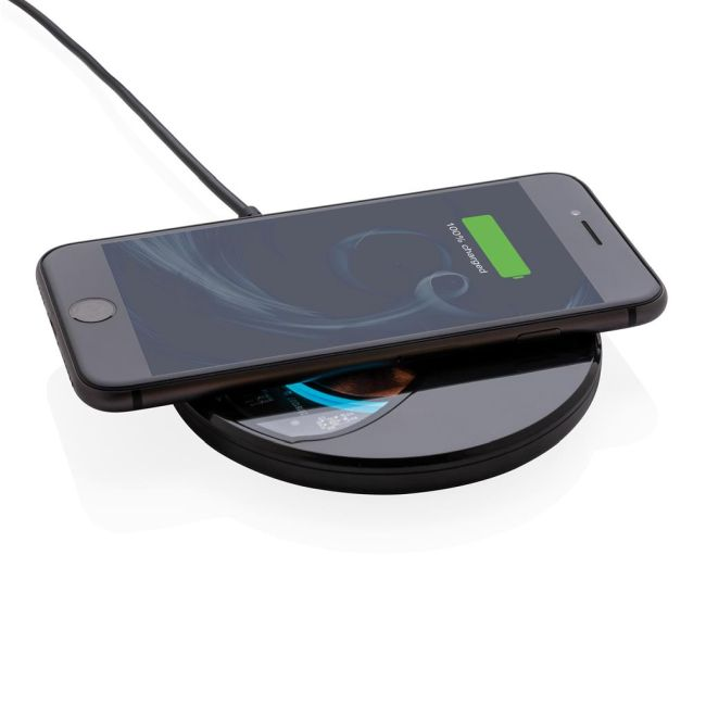 Зарядната подложка поддържа 10W бързо и безопасно зареждане